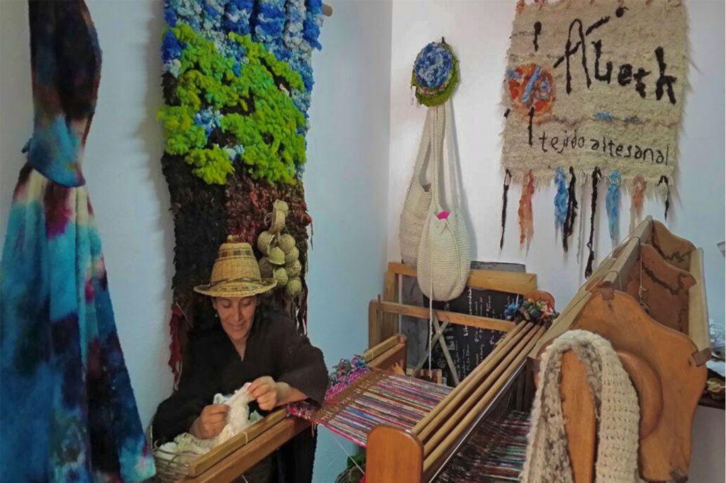 Aieth Ortiz Campesina, Artesana de la Vereda de la Sabana- Villadeleyva- Boyacá,  tejidos en lana de Oveja.