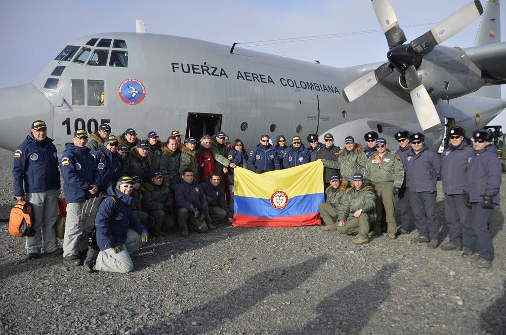 Fuerza armada reunida en avión de la fuerza aérea colombiana el fin de ir a la Antartida