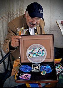 Fotografía de Viviana Avendaño - El artesano hace un dibujo de la creación de la joya, cuyo nombre es La Interpretación.
