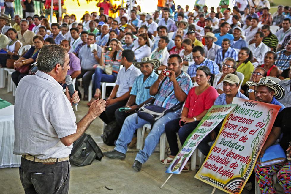 Ministro de Agricultura Aurelio Irragori con comunidades de Córdoba