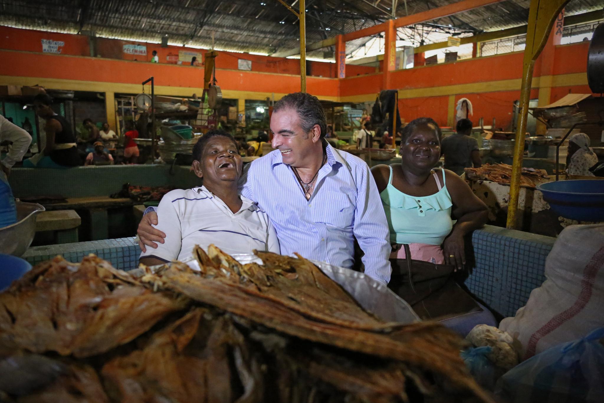 Ministro de Agricultura, Aurelio Irragori, con pescadores del Chocó