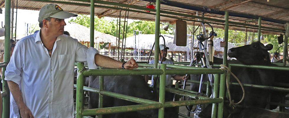 Ministro de Agricultura Aurelio Irragori con criadores de búfalos