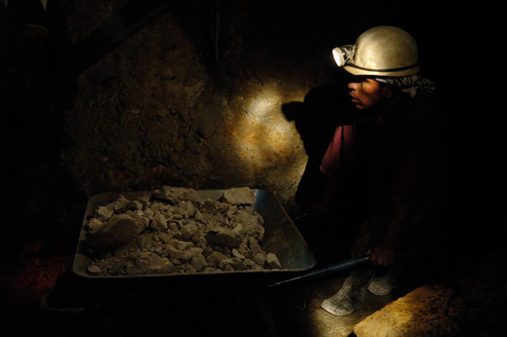 Por falta de energía murieron 15 mineros y buscan 17