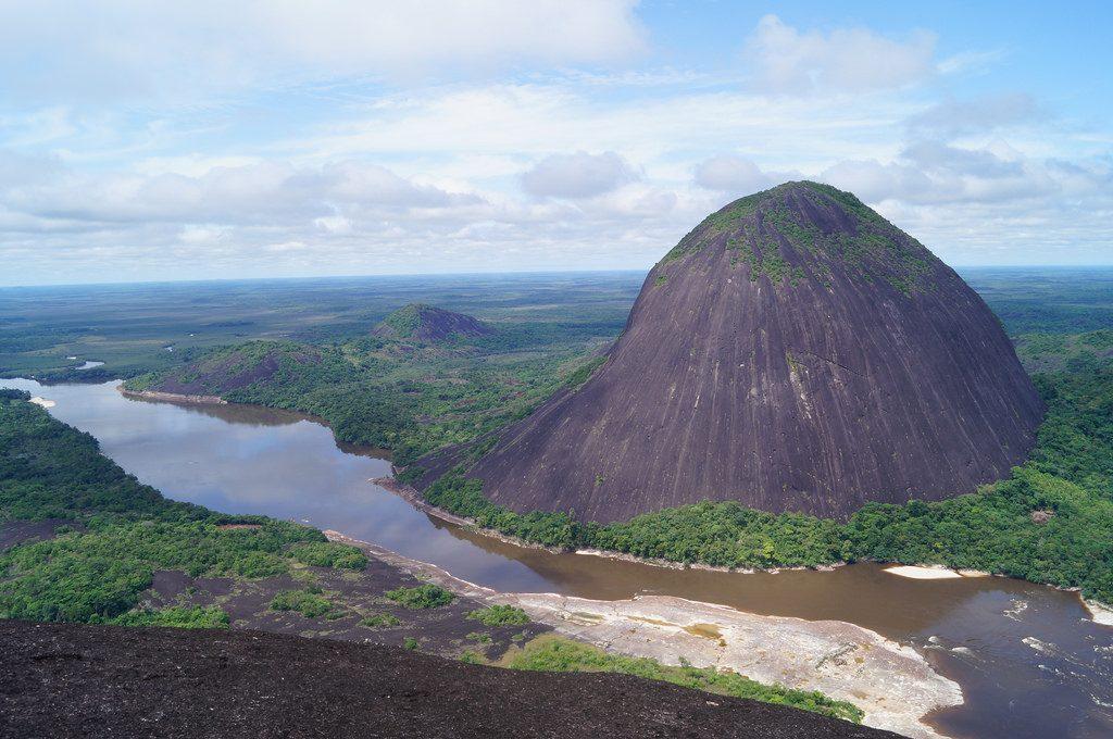 Cerros Mavecure, dos horas río arriba desde Puerto Inirida. Guania, Colombia.