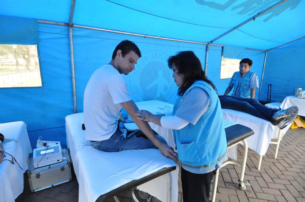 Ciudadano en proceso de donación de sangre.