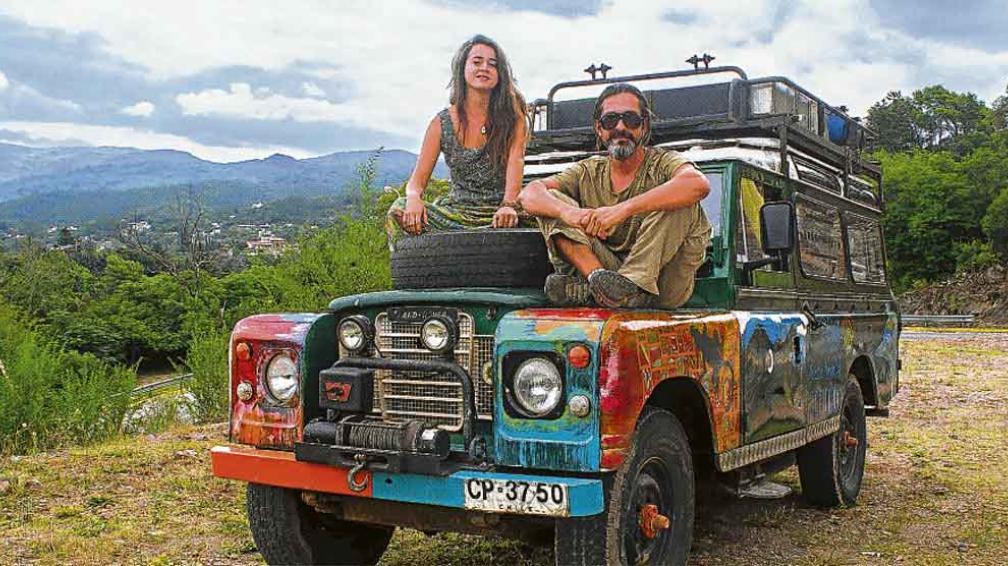 Foto: www.lavoz.com.ar. Jaime y su camioneta en medio de un largo viaje.