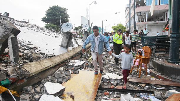 Foto: www.elcomercio.com Autoridades empiezan a realizan las labores de rescate en las zonas afectadas