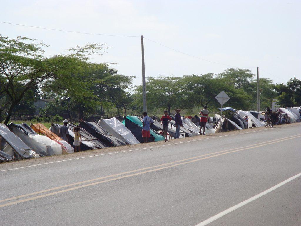 Foto: afectados por la ola invernal 2010, así vivían en la troncal del Magdalena Medio a la espera de la solidaridad de los viajeros.